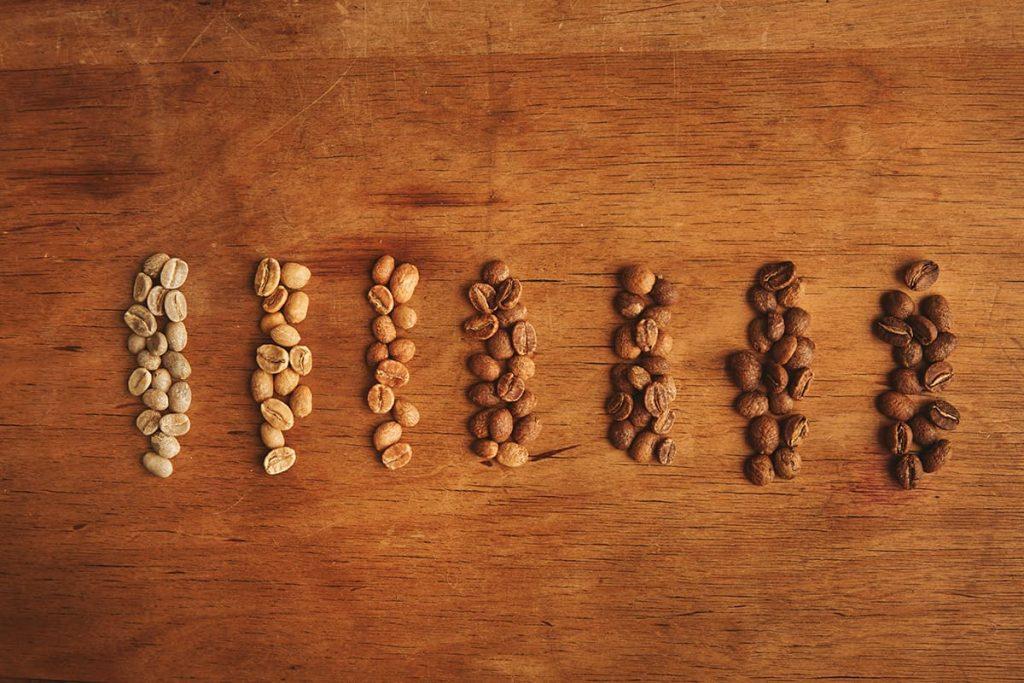 Qual a diferença entre a torra clara e escura de café?